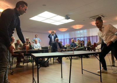 Martin Planken en een bezoeker van de netwerkbijeenkomst doen een potje tafeltennis, zoals je kunt zien :-)